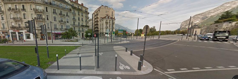 Kruising waar de auto links de trambaan op reed.