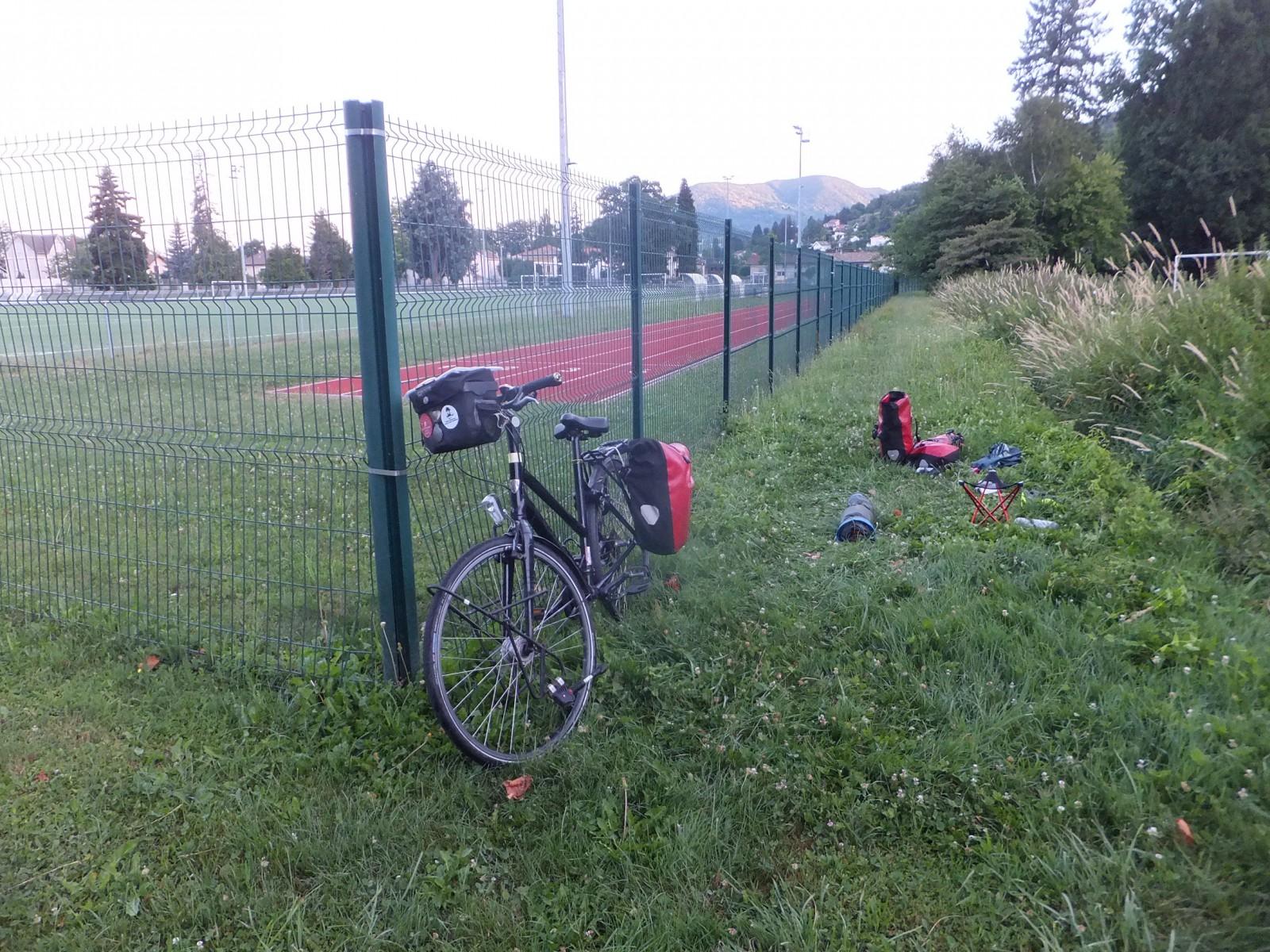De slaapplaats naast het voetbalveld. De tent is ingepakt en de tassen moeten nog op de fiets.
