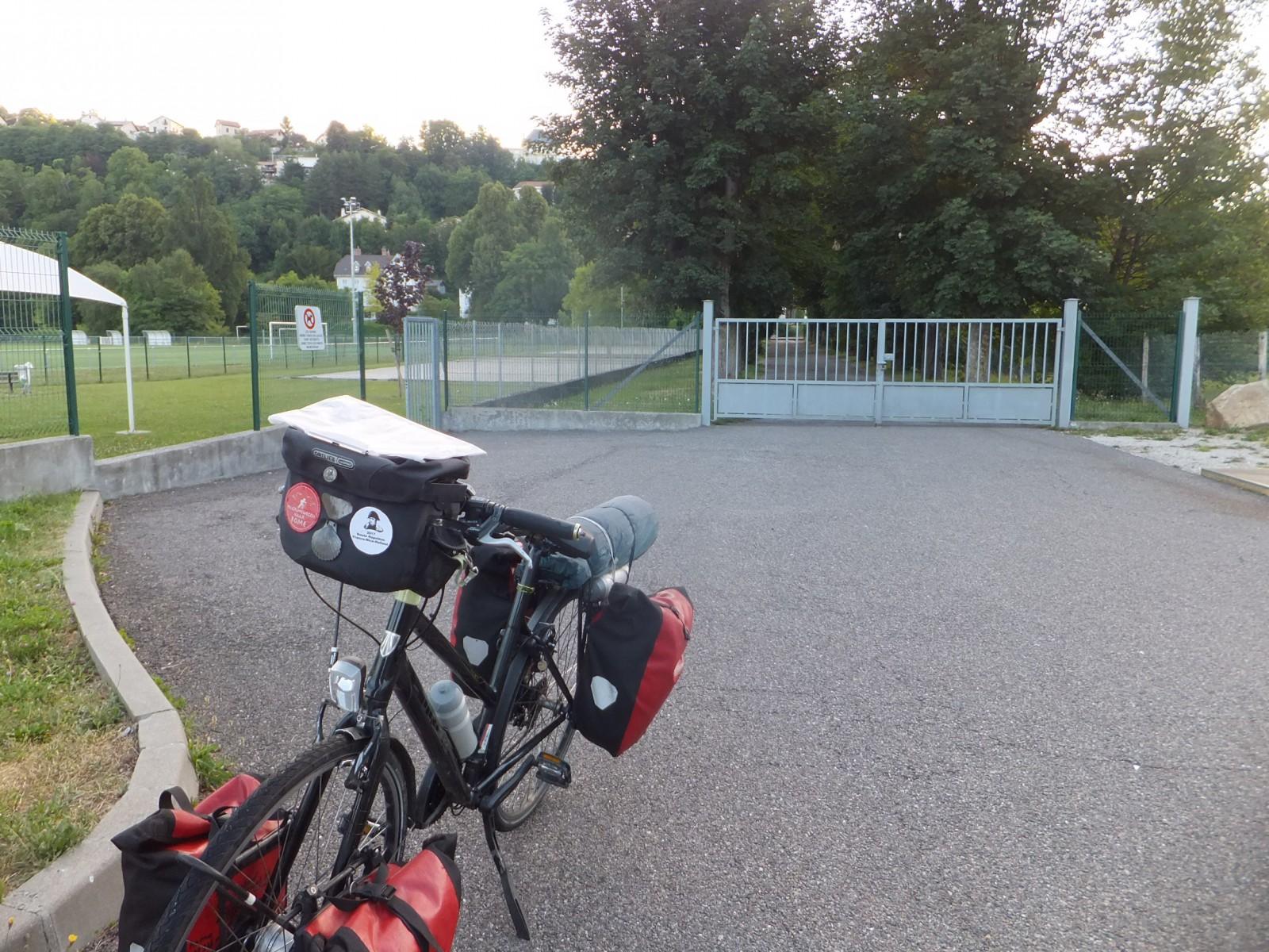 Het kleine hek rechts naar het sportveld en rechts het grote hek van de oprijlaan naar de school.